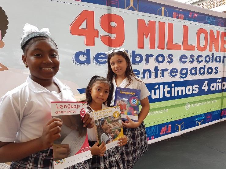 Estudiantes con sus libros de matemáticas y lenguaje