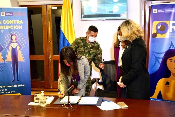 Firma pacto por la transparencia