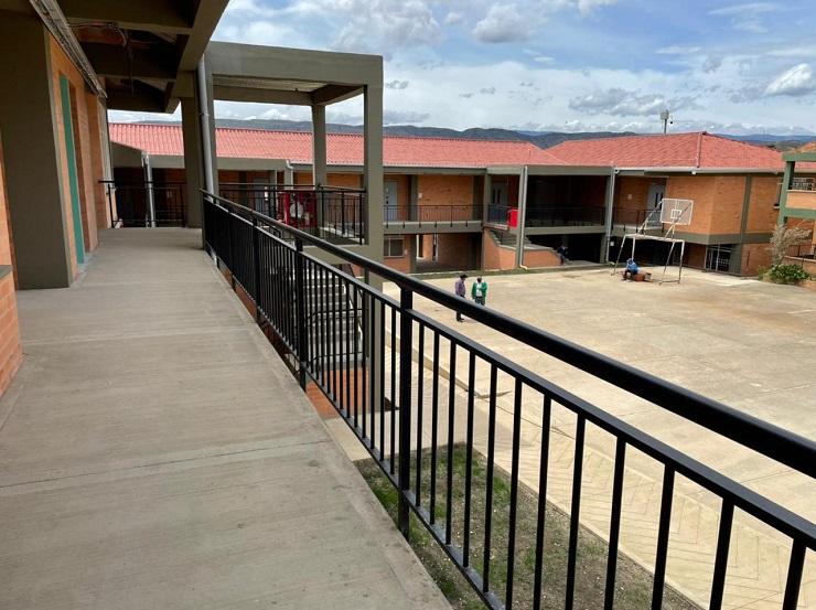 Los 200 colegios nuevos o ampliados incluyen la construcción de 2.889 aulas de clases nuevas.