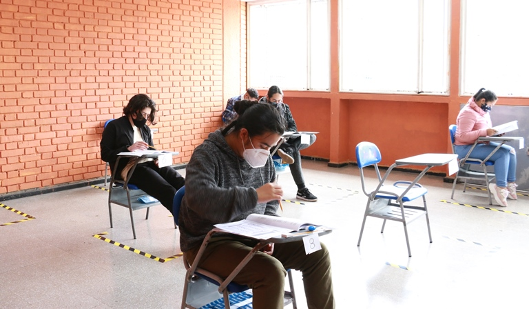 Estudiantes presentando examen académico