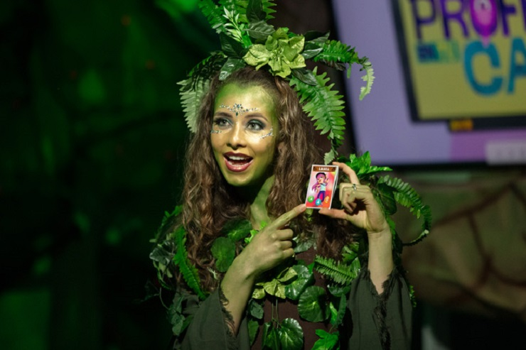 """Maria Camila Sánchez, presentadora de """"Profe en tu casa"""", disfrazada de Madremonte para el programa especial de Halloween 2020."""